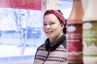 Enontekiön vuoden yrittäjä Erika Ikonen ruokkii ahkerasti nälkäisiä asiakkaitaan Niestapaikassa