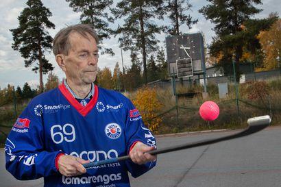 Urheilumiehen painava perintö – seuratyön suunnannäyttäjä Pekka Anttinen kerää vielä 80-vuotiaana palloja Botnian jääpallojoukkueen harjoituksissa