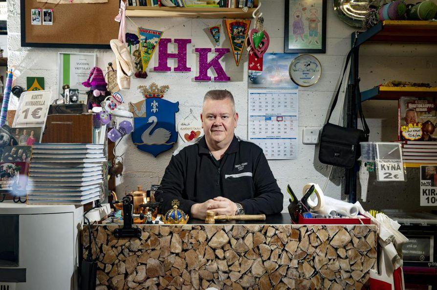 Aki Palsanmäki kertoo, että toistakymmentä vuotta huutokauppayrittäjänä on kasvattanut itsevarmuutta. – Tietämys tavarasta on kasvanut paljon. Alkuvuosina tuli hermostuttua, jos tavara ei käynyt kaupaksi, hän sanoo.