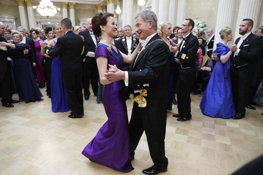 Tasavallan presidentti Sauli Niinistö ja rouva Jenni Haukio aloittavat tanssit tänä vuonna Oskar Merikannon tahdissa. Kuva vuoden 2016 Linnan juhlista.