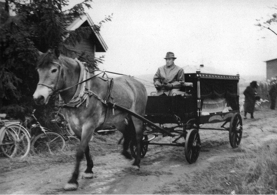 Heikki Vuorela oli ajajana, kun ensimmäistä vainajaa saatettiin Maliskylän hautausmaalle vuonna 1965. Kuva Maritta Vuorelan albumista.