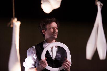 """Lotta Wennäkosken Jong-teoksen solisti on jonglööri – """"Siinä kuuluu jonglöörin mielenmaisema"""", Sakari Männistö sanoo"""