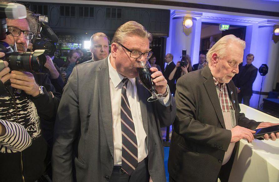 Perussuomalaisten puheenjohtaja Timo Soini ja puoluetoimiston työntekijä Matti Putkonen eivät takuulla olleet tyytyväisiä vaalitulokseen.