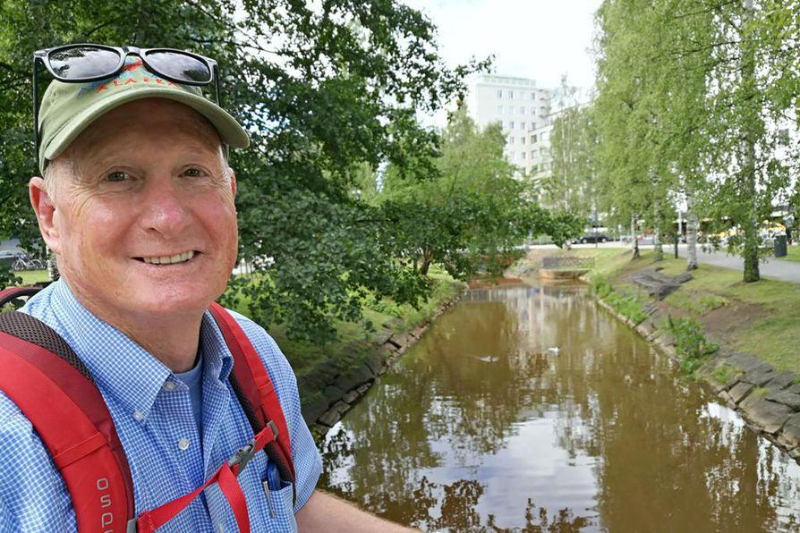 Professori Jeffrey Welker liikkuu Oulussa pyörällä.