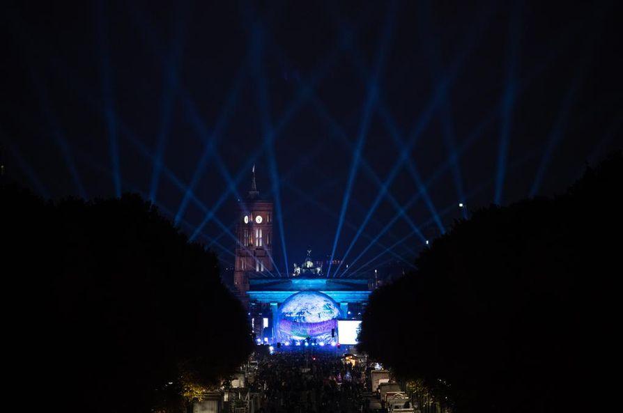"""Brandenburgin portilla pidetyt """"muuribileet"""" näkyivät illan pimetessä kauas."""