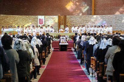 Arkussa maatessa voi oivaltaa, että elämä on arvokasta – Etelä-Koreassa itsemurhia yritetään ehkäistä eläville suunnatuilla hautajaisilla