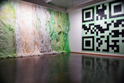 Kuvataidearvio: Aukea taivas ja avara maa – Eveliina Hämäläisen ja Petri Saarikon näyttely Aineen taidemuseossa tuo esiin jätemuovin maalauksellisen puolen