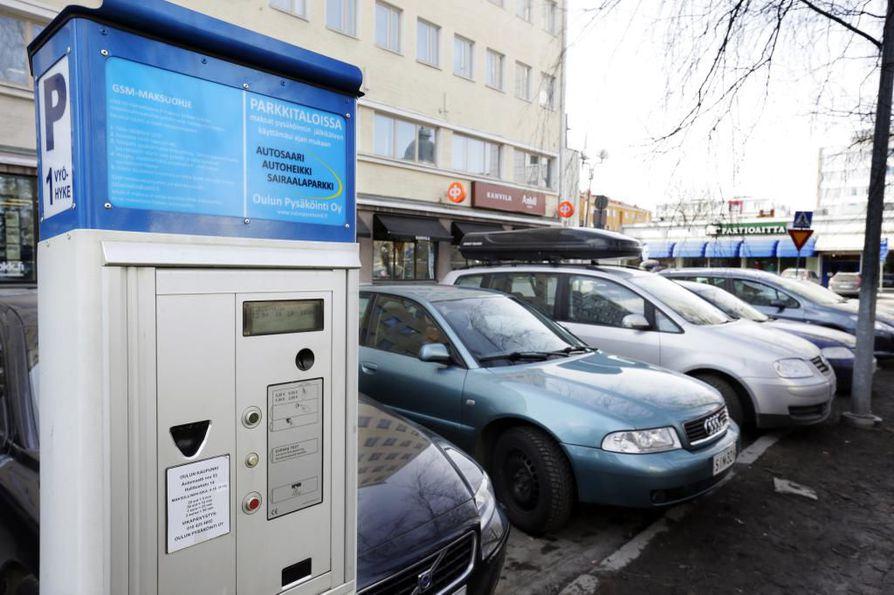 Oulun kadunvarsipysäköinnistä katosi vuodenvaihteessa mahdollisuus maksaa pysäköintinsä soittamalla automaatissa ilmoitettuun puhelinnumeroon.