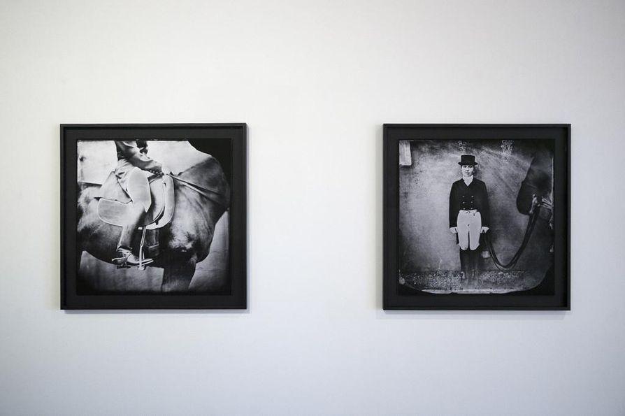 Kati Leinonen aloitti Äimärautio-sarjan kuvaamisen märkälevytekniikalla. Kuvat hän kehitti hevosenkuljetusvaunuun rakennetussa pimiössä.