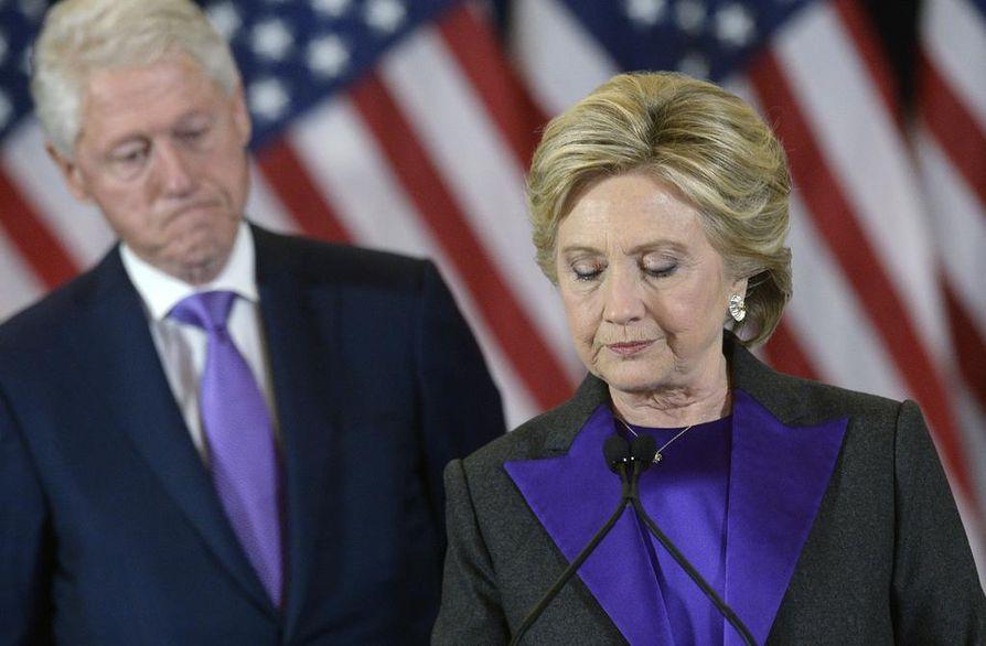 Hillary Clinton hävisi täpärästi presidentinvaaleissa viime tiistaina. Vierellä puoliso Bill Clinton.