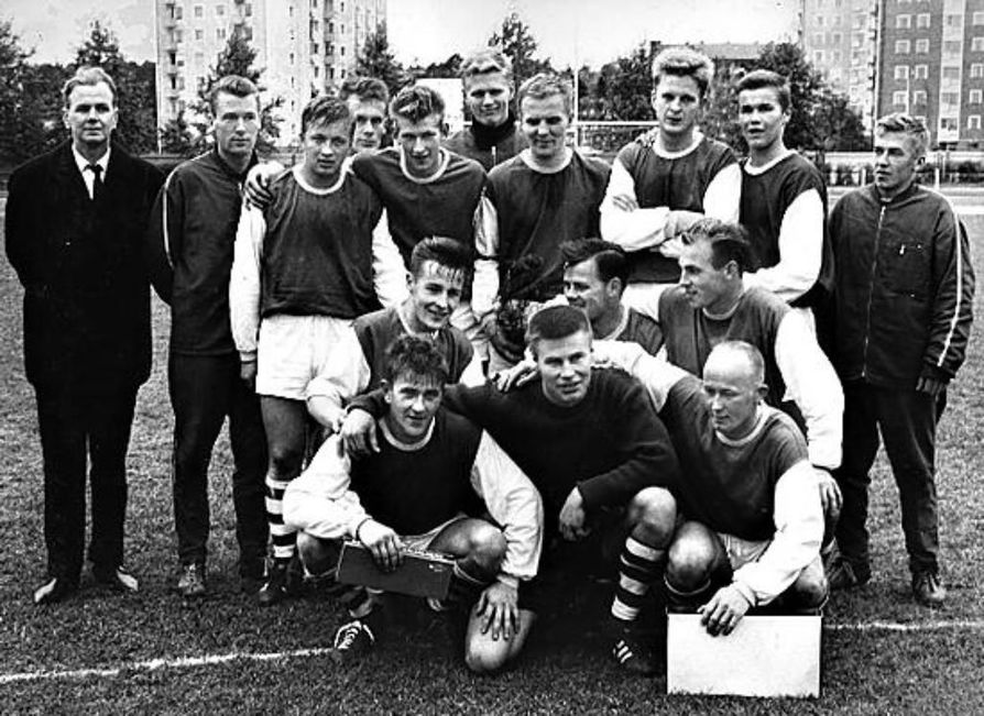 OTP:n mestaruussarjaan nostanut joukkue asettui joukkueenjohtaja Veikko Kemin (takana vas.) johdolla potrettiin Raatin kentällä syksyllä 1965. Runsaat puoli vuotta myöhemmin joukkue pelasi ensimmäisen ottelunsa pääsarjassa kovaa Lahden Reipasta vastaan.