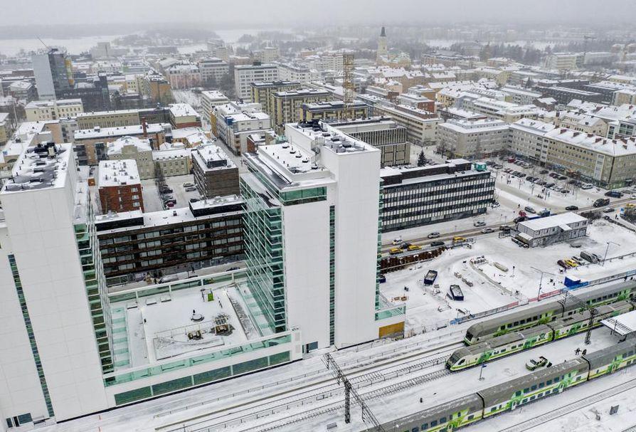 Tällä hetkellä keskustan korkeita rakennuksia ovat esimerkiksi radanvarren uudet tornitalot ja takana häämöttävä Valkea. Parhaillaan on vireillä pelkästään keskustan alueella toistakymmentä 9 -24-kerroksisen rakennuksen hanketta. Ilmakuva kaupungista muuttuu totaalisesti, jos ne toteutuvat.
