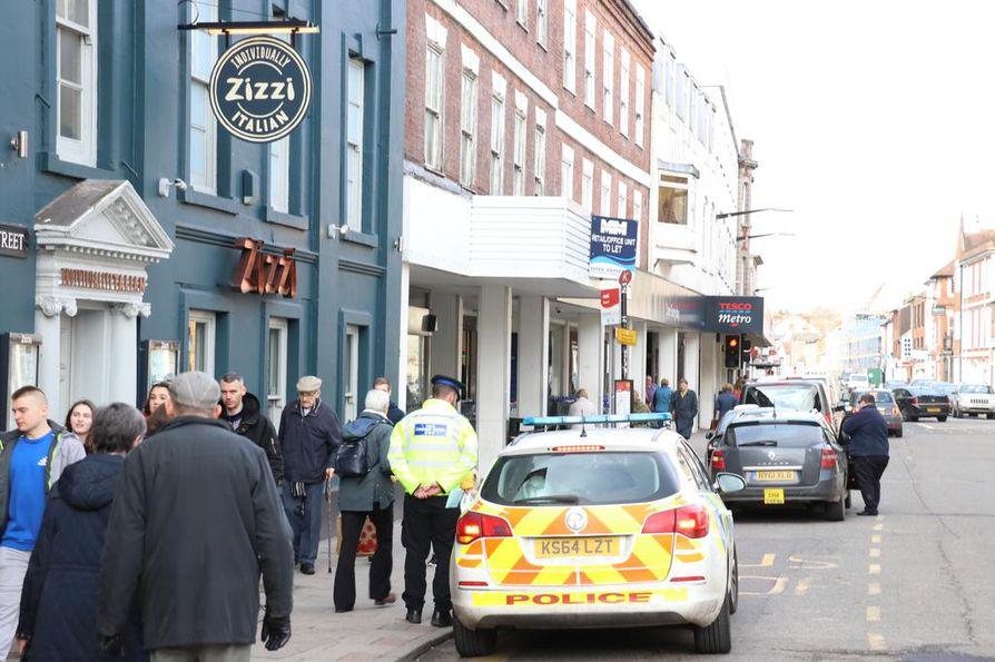 Poliisi ja ambulanssi hälytettiin keskiviikkona toimistorakennukseen, joka näkyy kuvassa ravintola Zizzin ja Tescon myymälän välissä.