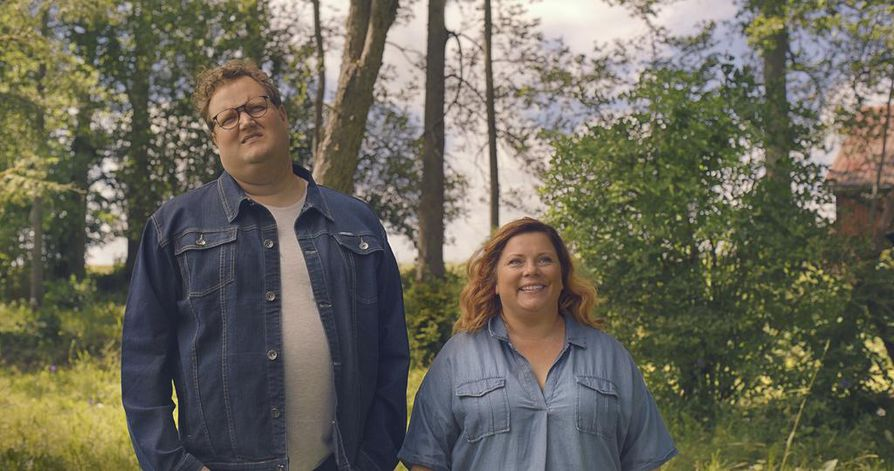 Sami Hedberg urakoi remonttia aloittelevan Jalmarin lisäksi kuusi muutakin roolia. Kiti Kokkonen näyttelee vain Jalmarin puolisoa Maijaa.