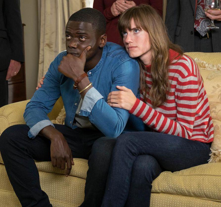 Chris (Daniel Kaluuya) vierailee ensimmäistä kertaa tyttöystävänsä Rosen (Allison Williams) kotona Get Out -elokuvassa. Kyläily ei onnistu parhaimmalla mahdollisella  tavalla.