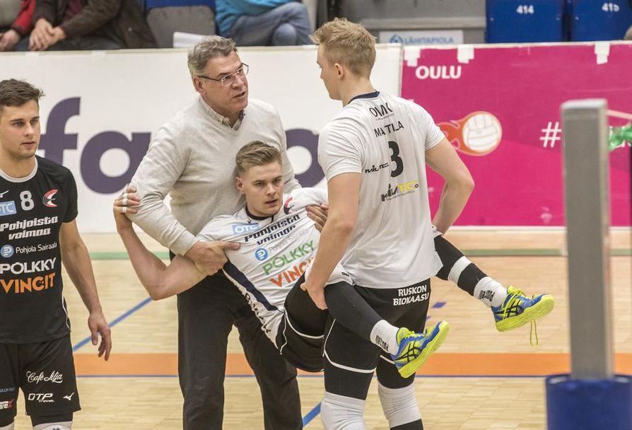 Markku Lappalainen ja Janne Marttila kantoivat nilkkansa loukanneen Jan Heleniuksen kentältä.