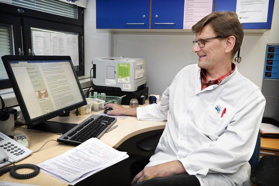 Avohoidon ylilääkäri Pentti Kalliola uskoo, että esimerkiksi etätöiden lisääminen voisi houkutella nuoria lääkäreitä terveyskeskuksiin.