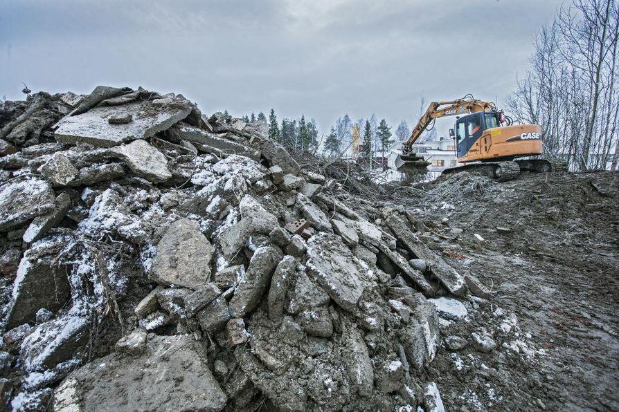 Ruskon asbestitonttina tunnetuksi tulleesta Konetie 19 tontista on vireillä oikeuskiista Oulun käräjäoikeudessa. Tontilla tehtiin kaivutöitä joulukuussa 2014.