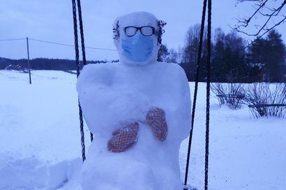 """Netissä seikkaileva Bernie Sanders -hahmo ilmaantui Oulun seudulle – """"Koirakaan ei ole käynyt sitä merkkaamassa"""""""