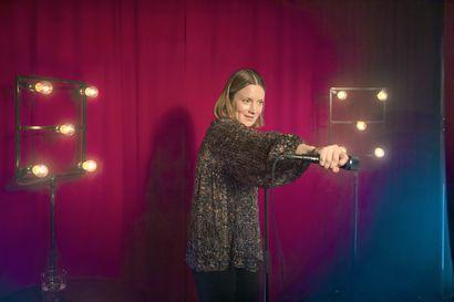 Arvio: Kotimainen stand up -komedia jää herkullisesta aiheestaan huolimatta pintaraapaisuksi