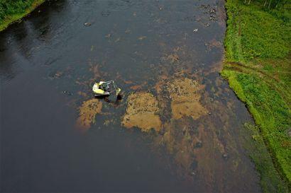 Puolensataa rekkakuormaa soraa jokeen – Kutusorakkojen rakentaminen Livojokeen loppusuoralla, savotta siirtyy Loukusanjoelle.