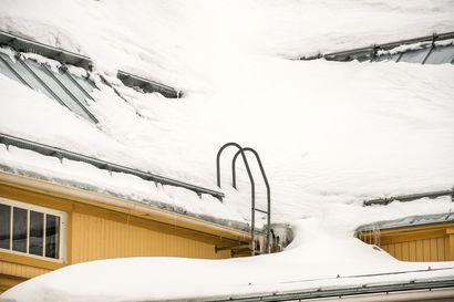 Räystäs notkolla ja vettä sisään saumoista – kevennä lumikuormaa viimeistään nyt kosteusvaurioita välttääksesi