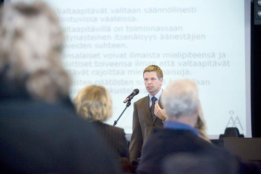 Professori Kimmo Grönlund sanoo, että demokratia edellyttää sitä, että poliittinen järjestelmä on legitiimi eli hyväksyttävän arvoinen kansalaisten silmissä.