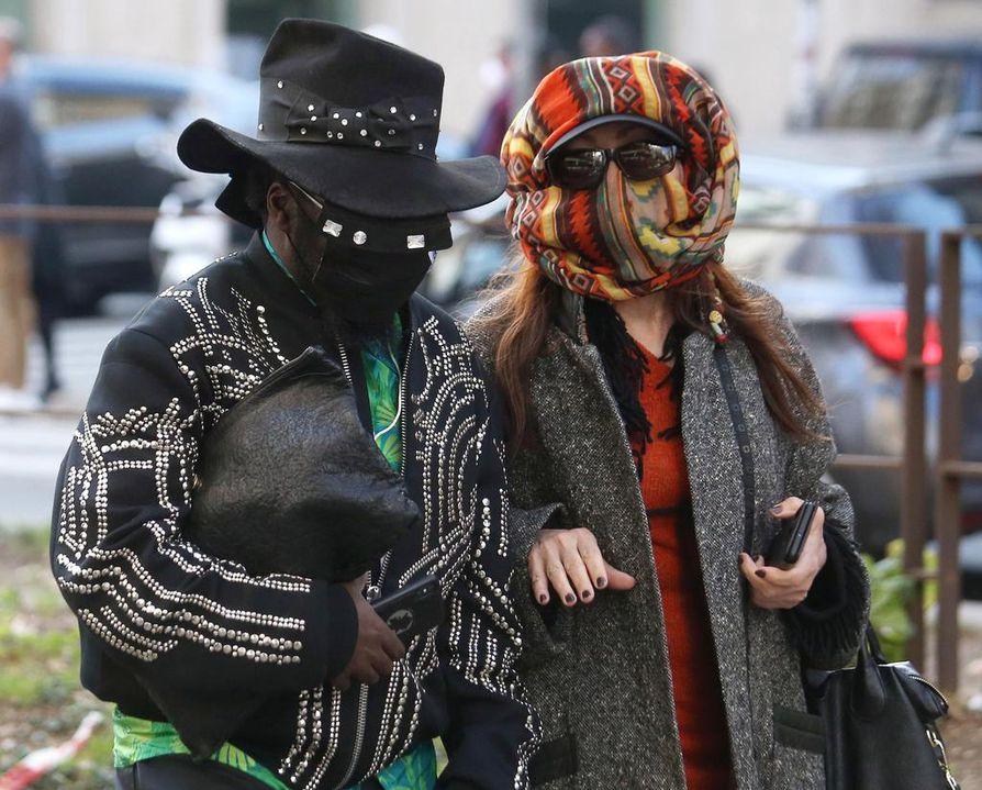 Dolce & Gabbana -muotitalon näytökseen Milanossa saapuneet vieraat pukeutuivat kasvoja suojaaviin maskeihin. Italiassa on nyt eniten koronatartuntoja Euroopassa.
