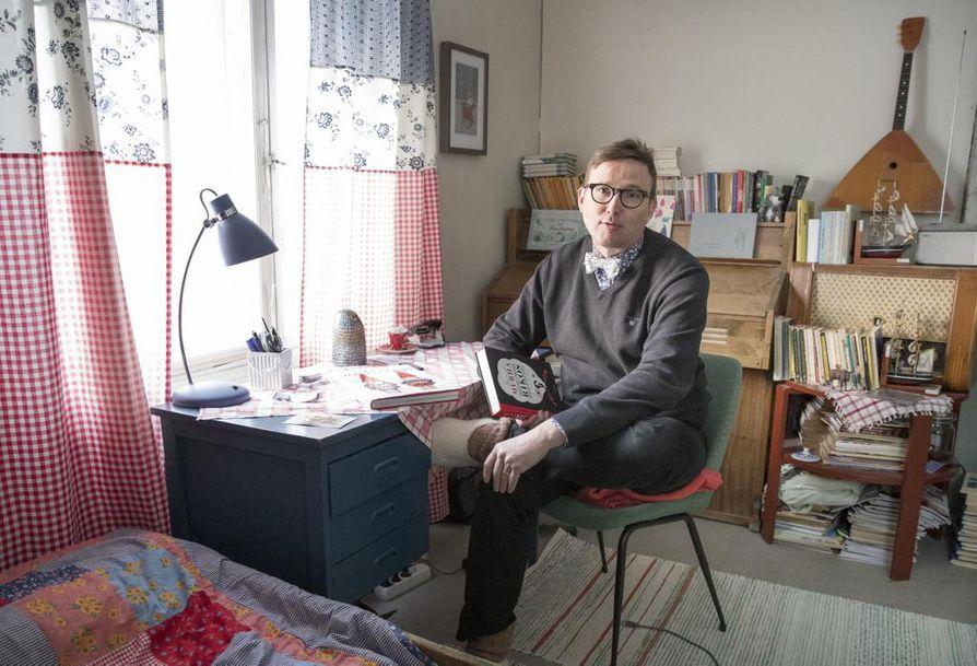 Kirjan alku syntyi Leikaksen työhuoneella. Olennainen osa työskentelyä ovat kirjailijan pojan tekemät kirjoitustossut.