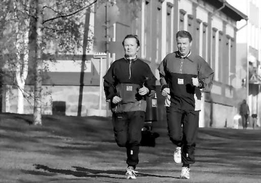 Miehestä mittaa. Lauri Lajunen (vas.) ja Kari Nenonen otavat mittaa miehistä ja maratonista.