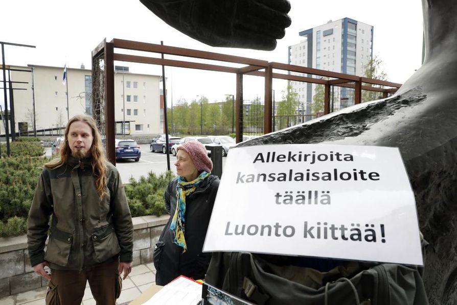 Heidi Niemi ja Jari-Petteri Suutari piipahtivat jonkin aikaa keräämässä nimiä kaivoslain uusimista esittävään kansalaisaloitteeseen Ympäristötalon äänestyspaikan edessa sunnuntaina.