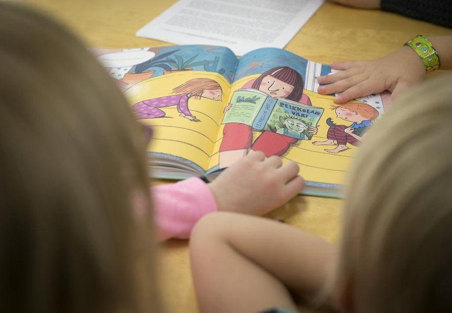 Pikku-Iikan päiväkodin eskarit tutustuvat lasten kerrontataitoja kehittävään satukirjaan, jossa ei ole valmiina tekstejä.