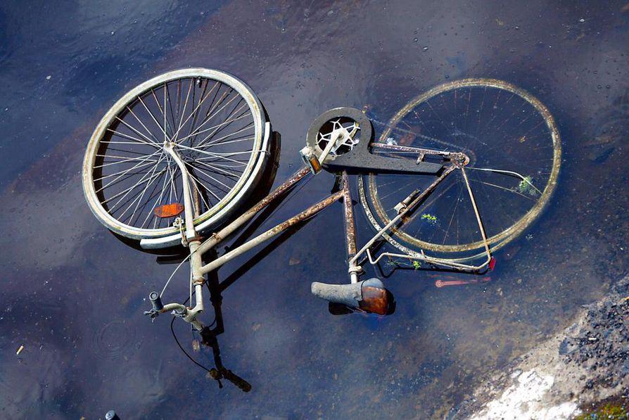 Maanantaina tehdyssä valtuustoaloitteessa ehdotetaan, että kaupunkipyöriä hankittaisiinkin tuunaamalla vanhoja, jo hylättyjä pyöriä uuteen uskoon. Kuvituskuva.