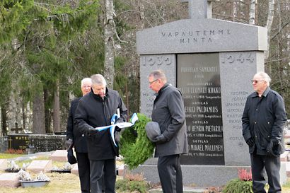 Veteraanipäivän seppeleet laskettiin raesateen saattelemina Paavolassa – päivää juhlittu veteraanien kunniaksi vuodesta 1987 lähtien
