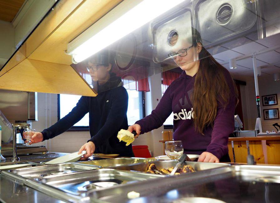 Kuusamolaisen Nilon koulun yläkoululaiset Suvi Koivula ja Aleksi Heiskanen sanovat, että aina vatsa ei kouluruoasta täyty. Jauhelihapihvit ja perunamuusi ovat kummankin mieleen.