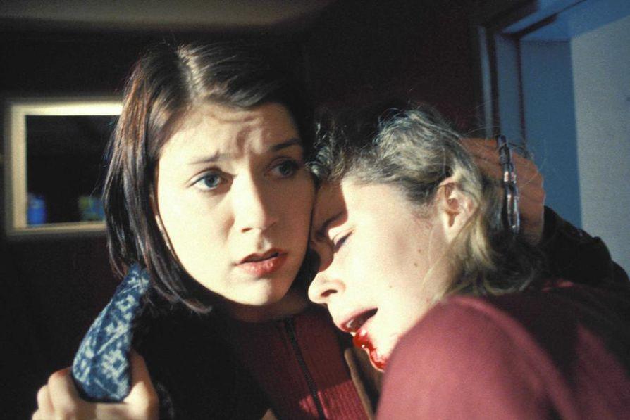 Marja Pyykkö on Kissan kuolema -elokuvassa sopeutumaton Nitta koulukodissa. Marjaana Maijala tekee Annaleenan roolin.