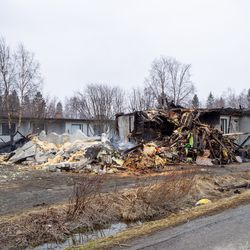 Puolet kuuden asunnon rivitalosta tuhoutui rajussa tulipalossa Kemissä, asukkaille järjestettiin yöllä sijaismajoitus