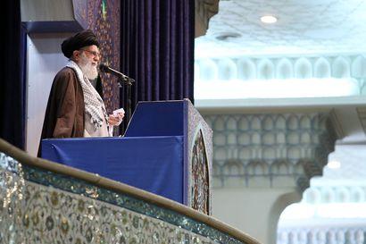Iranin korkein johtaja puolusti saarnassaan vallankumouskaartia ja kehui Iranin antamaa läimäytystä Yhdysvalloille