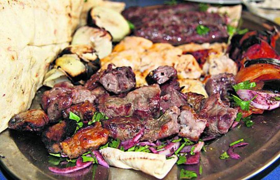 Shish-vartaisiin käytetään grillattua lihaa tai kanaa.