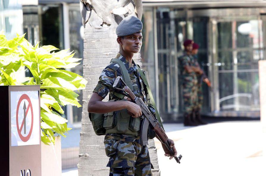 Turvamiehet vartioivat World Trade Centerin ulkopuolella Colombossa maanantaina.