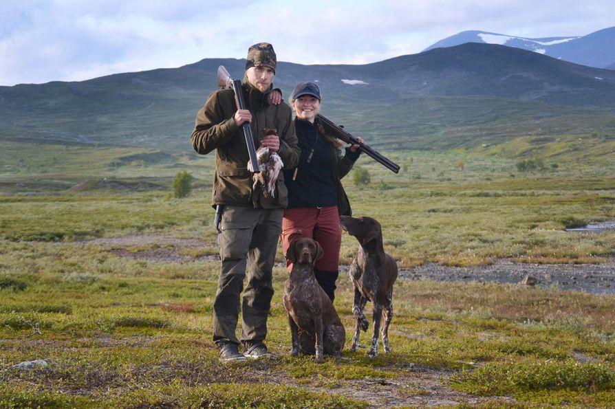 Sanna ja Antti Kokko onnistuneen metsästyspäivän jälkeen.