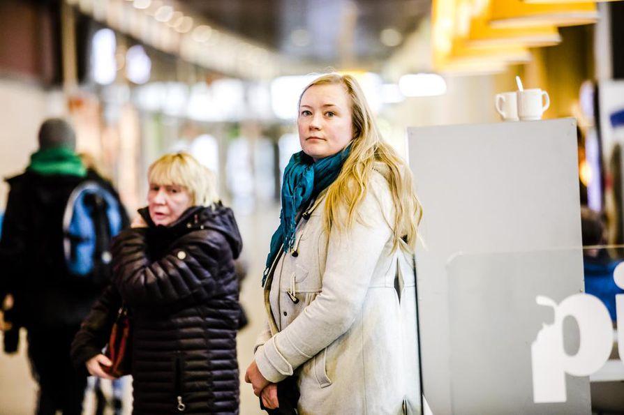 Aiemmin sosiaalisia tilanteita jännittänyt Heli Hyvärinen vetää nykyään itse Jännittäjät-ryhmää.
