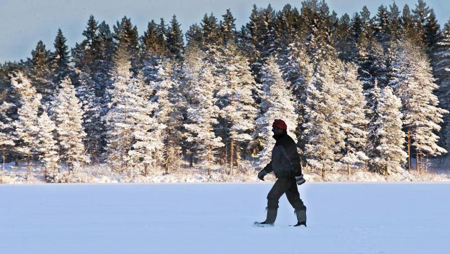 Älypuhelin on talvella ulkoillessa parasta pitää povitaskun lämmössä.