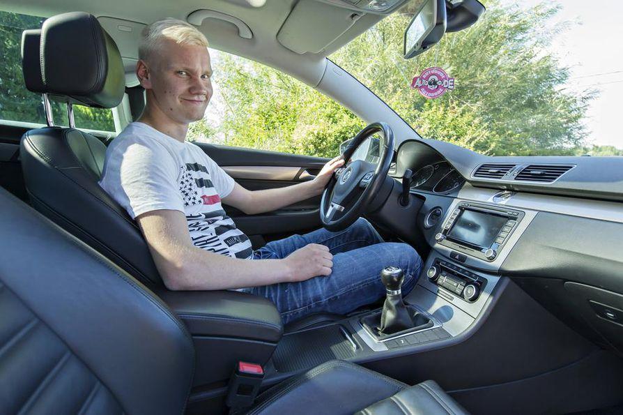 Esa-Matti Känkästä ei pelottanut hankkia omaa ensimmäistä autoa Suomen rajojen ulkopuolelta. Ruotsista tuotu Volkswagen kulkee biokaasulla.