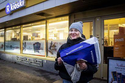 """Kasvanut postiliikenne on aiheuttanut jonoja Pohjolankadun R-kioskilla Rovaniemellä – """"Odotettavissa on myös vilkas joulun aika"""""""