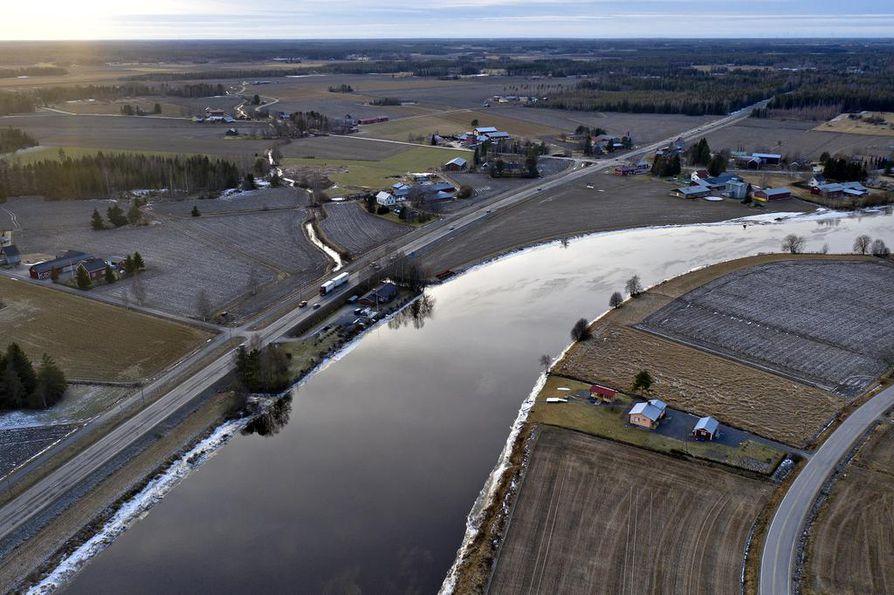 ISOKYRÖ: Askelta etelämpänä virtaava Kyrönjoki alkaa sekin olla kevättulvan korkeudessa, ja maisema henkii muutenkin kevättä. Ollaan kuitenkin helmikuussa, jonka pitäisi olla vuoden lumisin ja kylmin kuukausi.