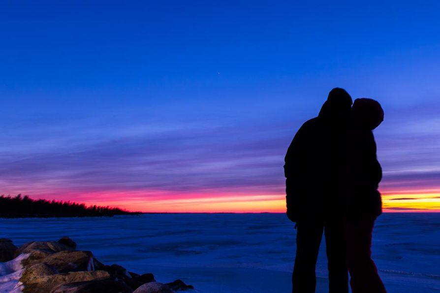 Venuksen loisteessa voi tulla lämpimiä tunteita kylmälläkin säällä. Venus näkyy kuvassa pienenä valopisteenä.