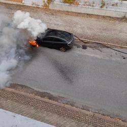 Kadun varteen pysäköity henkilöauto syttyi palamaan Oulun Toppilassa