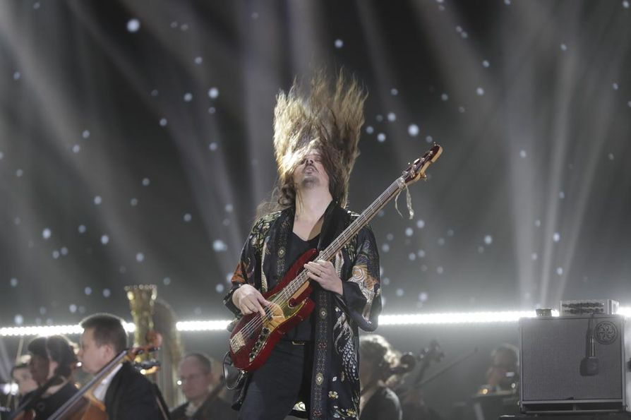Lauri Porra taituroi bassolla.