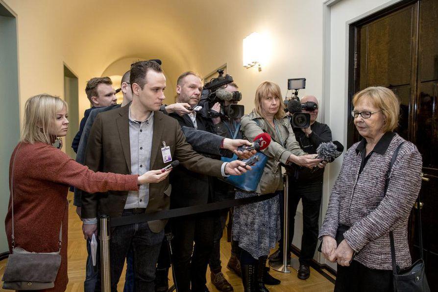 Perustuslakivaliokunnan puheenjohtaja Annika Lapintie (kuvassa oik.) ei uskalla enää lainkaan ennustaa, milloin lausunto valmistuu.